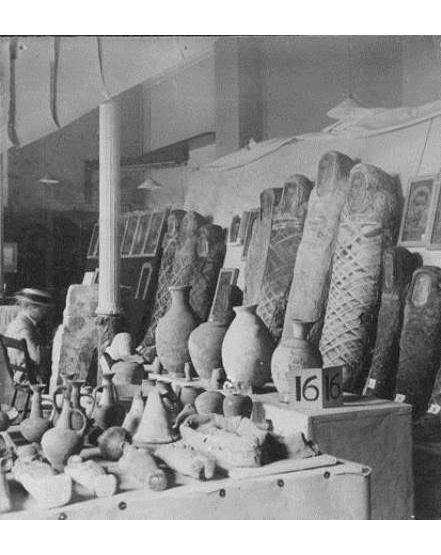 Photograph of the 1911 exhibition of objects. From the Petrie Museum archive.