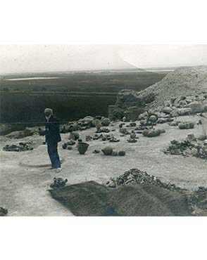 Petrie at Qau in 1924. Copyright the Petrie Museum of Egyptian Archaeology.
