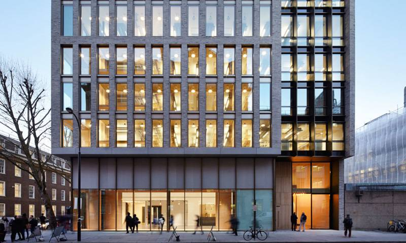 Exterior of 22 Gordon Street in the evening © Jack Hobhouse