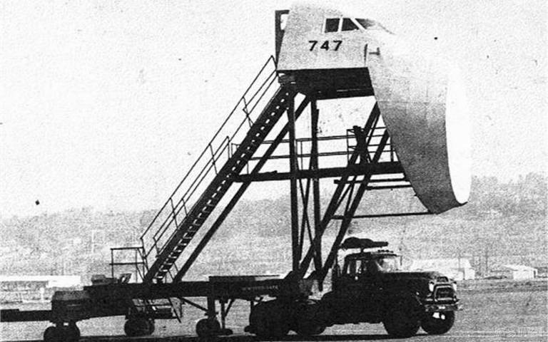 Image: Test rig for the Boeing 747 (Jumbo) simulating a cockpit-centric view of airfields at higher elevation.