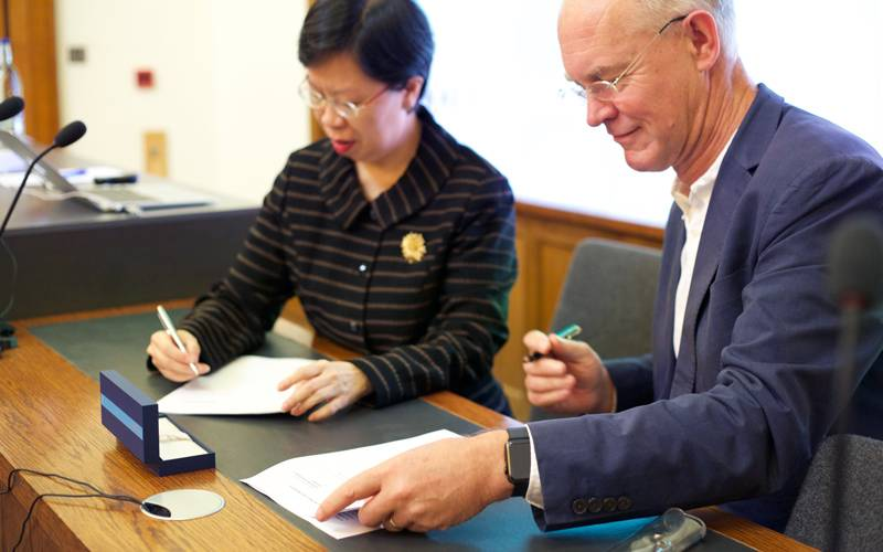 Professor Alan Penn of the Bartlett and Professor Lily Kong of SMU sign a memorandum of understanding