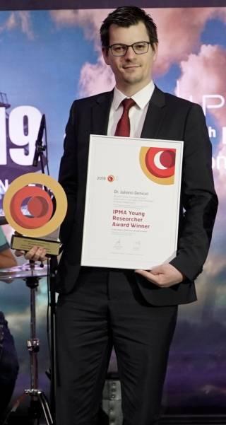 Dr Juliano Denicol accepting award