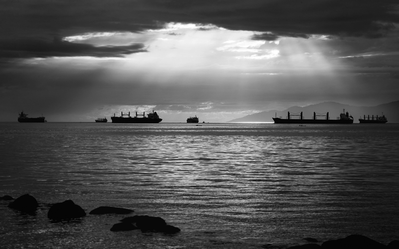 Ships at sea in black and white - Photo: unsplash
