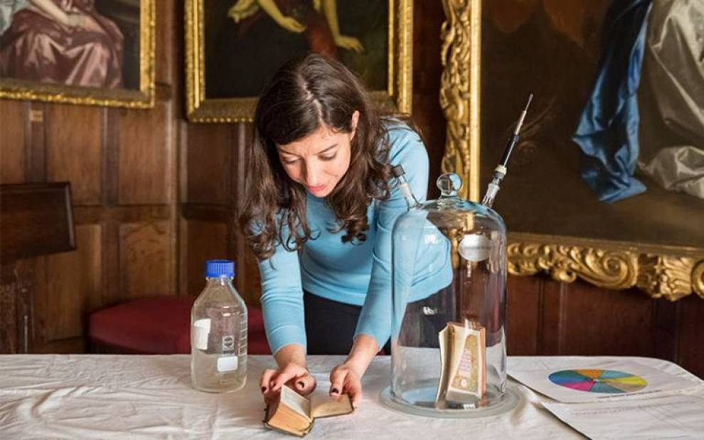 Cecilia Bembibre working on a olfactory heritage project