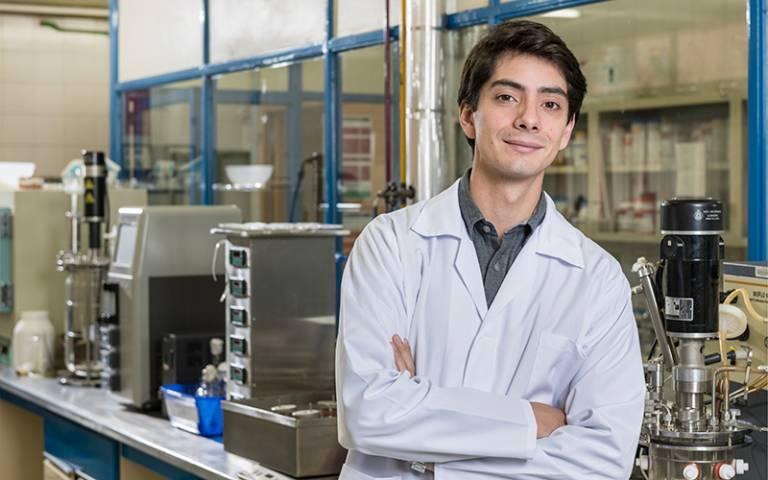 Javier Larragoiti Kuri in laboratory