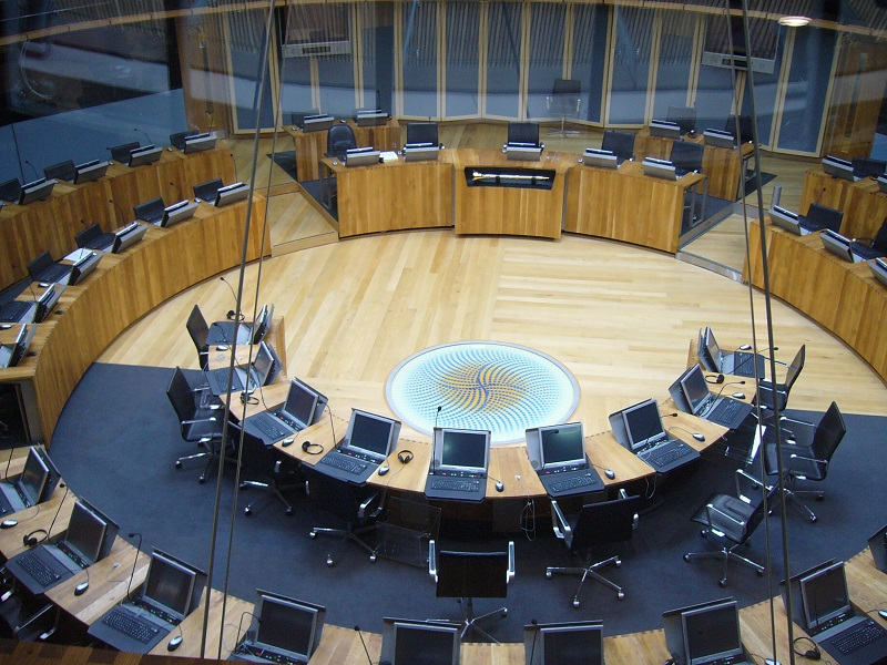 Debating Chamber - by UKWiki at English Wikipedia (Transferred from en.wikipedia to Commons by Bonas.) [Public domain], via Wikimedia Commons
