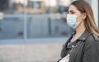 Young woman wearing a face mask in the coronavirus pandemic