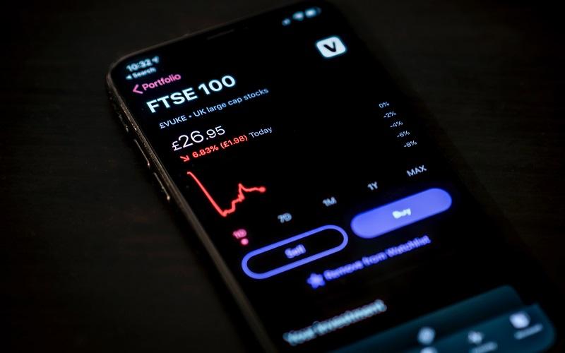 FTSE_100_graph_on_a_phone