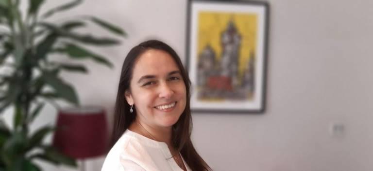 Dr Alejandra Beghelli peering into camera