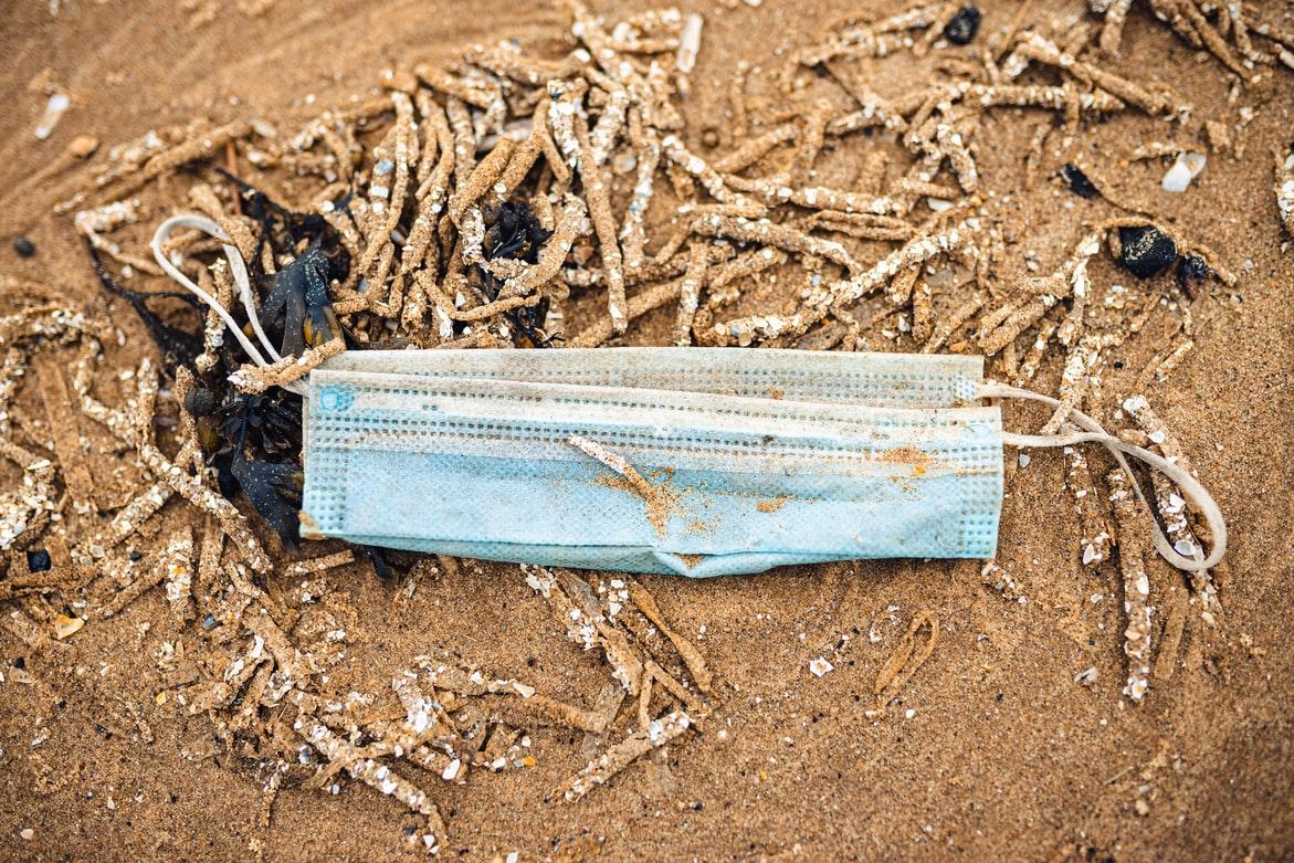 Face mask at the beach (Jonathan Farber / Unsplash)