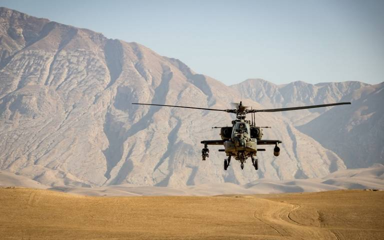 Apache attack helicopter in approach, AFG, Sep 2020 (Andre Klimke / Unsplash)