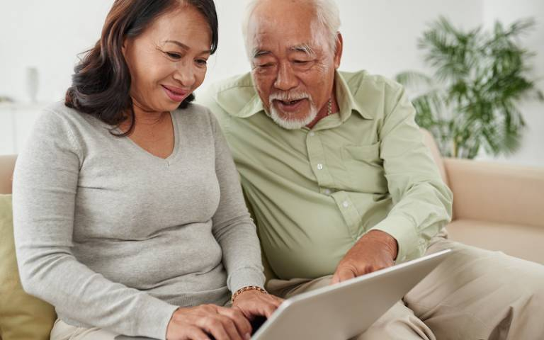 elderly couple accessing virtual therapy for dementia