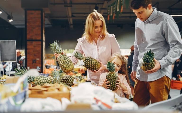 Parents shopping with child. Image: Gustavo FringviaPexels