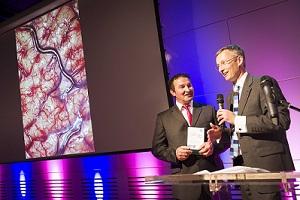 Derek Tutssel receiving the Wellcome Image Award 2012 from Fergus Walsh of the BBC