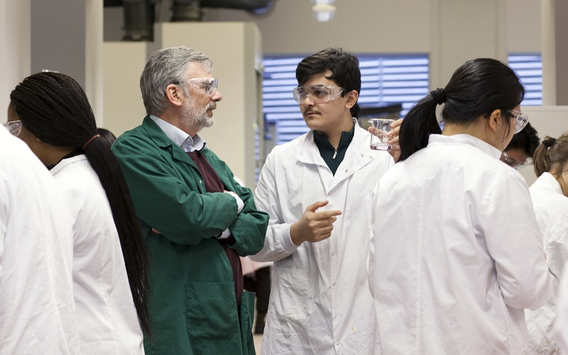 Peter Bowman speaking to a student in a lab class