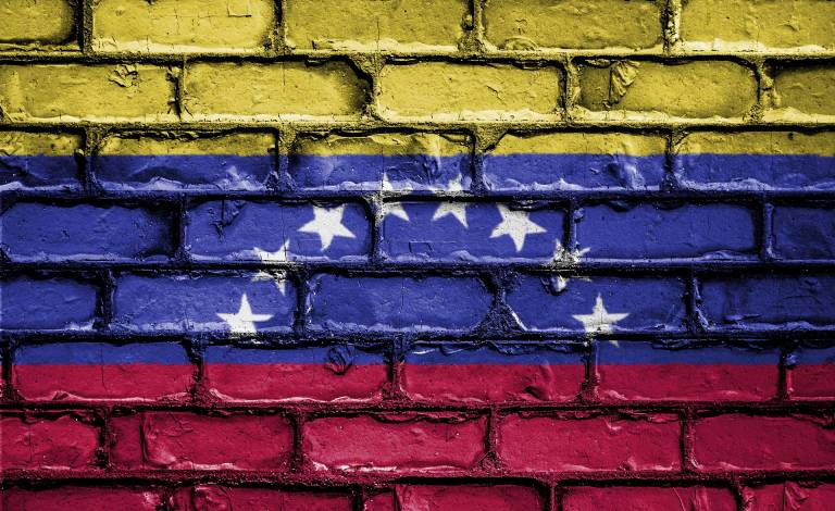 Image of the Venezualan flag painted on a brick wall