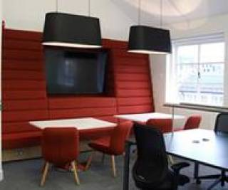 Space for social and collaborative study at shared tables