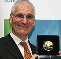 Professor Weiss with the Ernst Chain Prize commemmorative medal