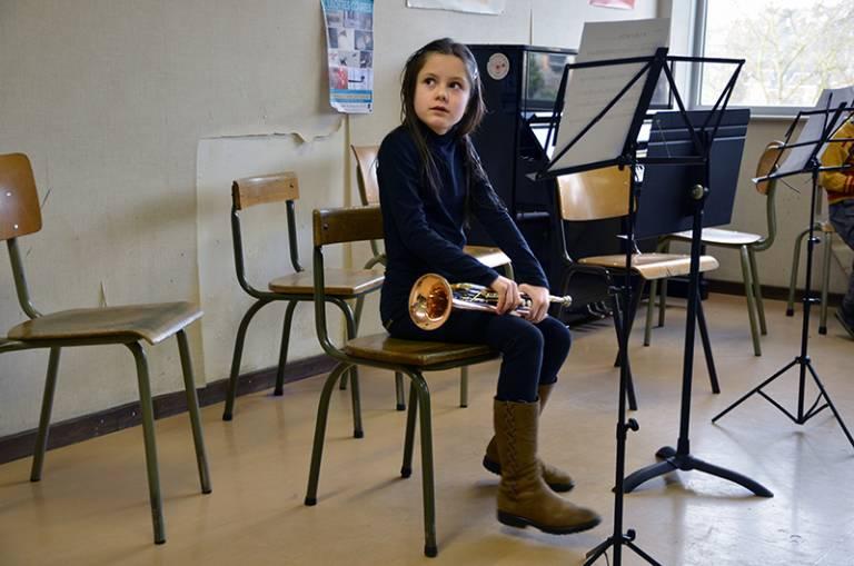 21-04-16-Girl-in-music-classs