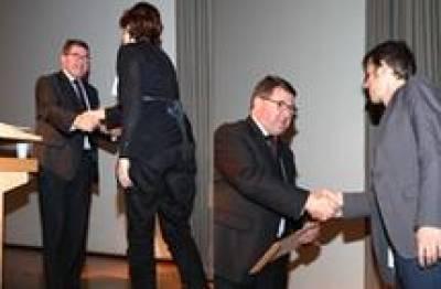 Dr Branco receiving prize from Professor Alan Thompson and Dr Sousa-Nunes receiving prize from Professor Alan Thompson