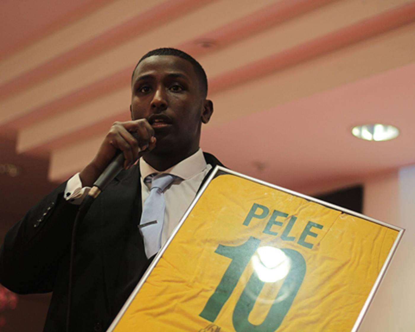 Abdul auctions a signed Pele shirt